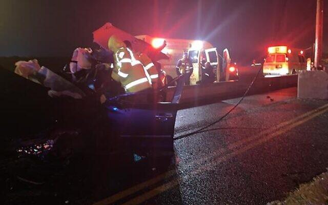 La scène d'un accident de la route dans le sud d'Israël dans lequel deux personnes ont été tuées le 19 janvier 2019 (Crédit : Magen David Adom)