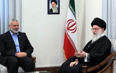 Le guide suprême iranien, l'Ayatollah Ali Khamenei, (à droite) rencontre le leader du Hamas dans la bande de Gaza, Ismail Haniyeh, à Téhéran (Crédit : AP)