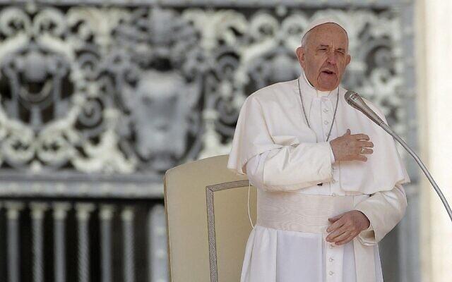 Le pape François fait le signe de croix lors de son audience générale hebdomadaire, sur la place Saint-Pierre, au Vatican, le 8 mai 2019. (Crédit : AP Photo/Alessandra Tarantino)
