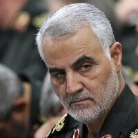 Le commandant principal des Gardiens de la révolution, le général Qassem Soleimani, (au centre), assiste à une réunion avec le Guide suprême, l'Ayatollah Ali Khamenei (hors cadre) et les commandants des Gardiens de la révolution à Téhéran, Iran, le 18 septembre 2016. (Bureau du Guide suprême iranien via AP)