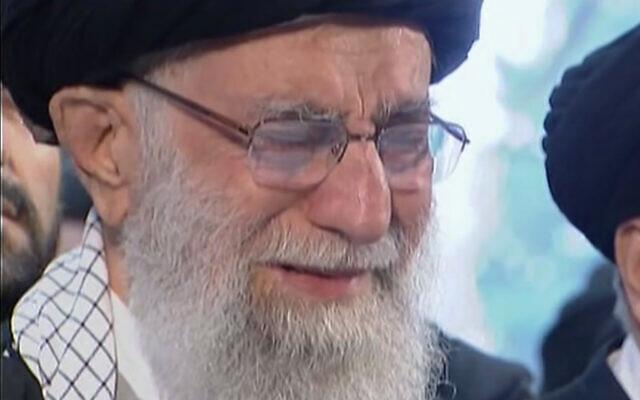 Capture d'écran d'une vidéo montrant le chef suprême iranien, l'Ayatollah Ali Khamenei, pleurer ouvertement devant le cercueil du général Qassem Soleimani, tué par une frappe américaine, pendant une prière au cours d'une cérémonie de funérailles à Téhéran, le 6 janvier 2020 (Crédit : Iran Press TV via AP)