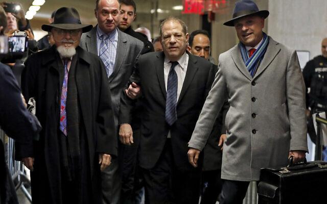 Harvey Weinstein, au centre, accompagné de l'avocat Arthur Aidala, à droite, arrive au tribunal pour son procès pour viol, à New York, le 22 janvier 2020. (AP/Richard Drew)