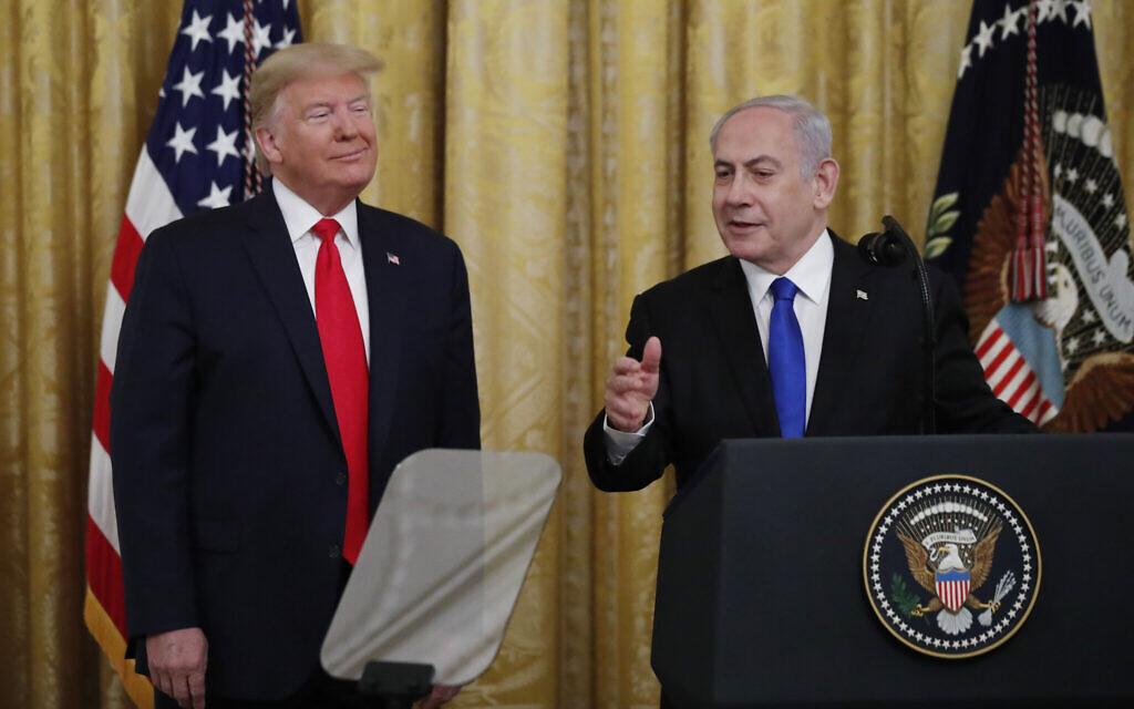 Le Premier ministre israélien Benjamin Netanyahu (à droite) et le Président Donald Trump dans la salle Est de la Maison Blanche à Washington, le mardi 28 janvier 2020, lors de l'annonce du plan très attendu de l'administration Trump pour résoudre le conflit israélo-palestinien. (AP Photo/Alex Brandon)