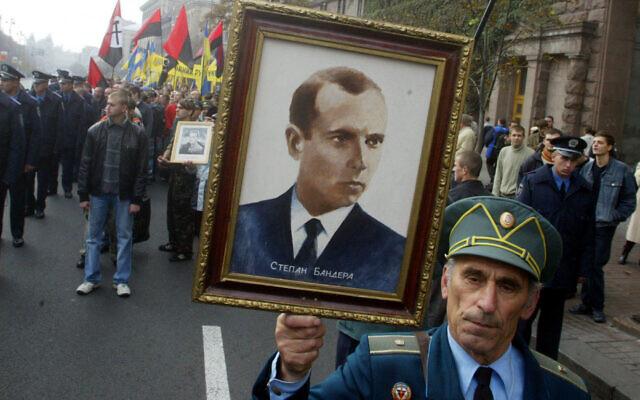 Dans cette photo d'archives datant du 15 octobre 2005, un ancien combattant partisan de l'Armée insurrectionnelle ukrainienne porte un portrait du chef de l'Armée insurrectionnelle ukrainienne, Stepan Bandera, lors d'une marche à Kiev. (Crédit : AP/Efrem Lukatsky, File)