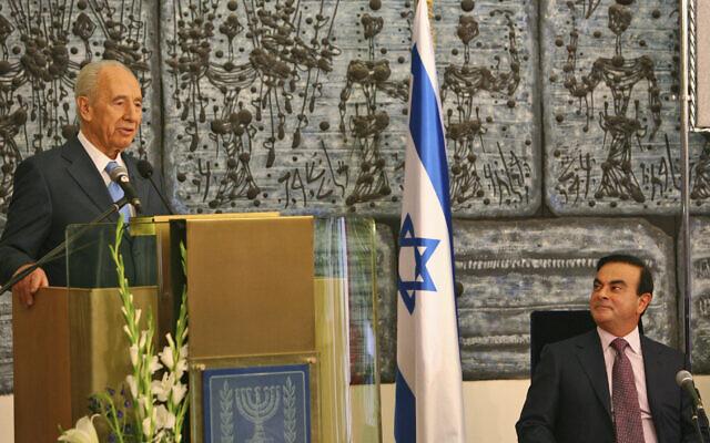 Carlos Ghosn, président de la société française Renault-Nissan, à droite, écoute le discours du président israélien Shimon Peres lors d'une conférence de presse à la résidence du président à Jérusalem, le 21 janvier 2008. (Crédit : AP / Tara Todras-Whitehill)