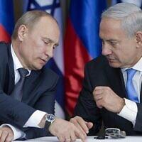 Le président russe Vladimir Poutine s'entretient avec le Premier ministre Benjamin Netanyahu, avant des déclarations communes au terme d'une réunion et d'un déjeuner dans la résidence du dirigeant israélien, à Jérusalem, le 25 juin 2012. (Crédit : AP Photo/Jim Hollander, Pool)