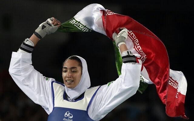 L'Iranienne Kimia Alizadeh est heureuse d'avoir remporté la médaille de bronze dans une compétition de taekwondo féminin de 57 kg aux Jeux olympiques d'été de 2016 à Rio de Janeiro, au Brésil, le 18 août 2016. (AP Photo/Andrew Medichini)