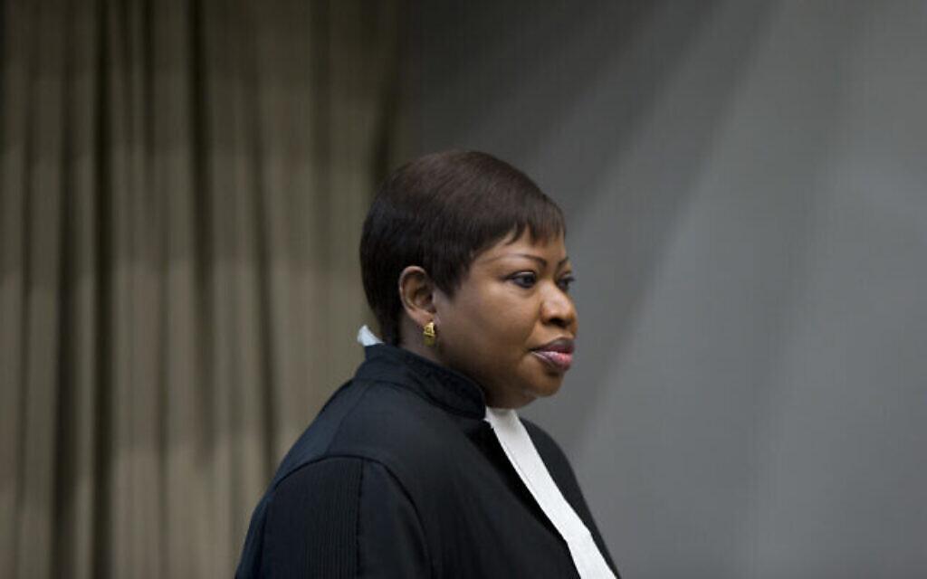 La procureure Fatou Bensouda entre dans la salle d'audience pour le procès de Dominic Ongwen, un commandant supérieur de l'Armée de résistance du Seigneur, dont le chef fugitif Kony est l'un des suspects de crimes de guerre les plus recherchés au monde, à la Cour internationale de La Haye (Pays-Bas), le mardi 6 décembre 2016. (AP Photo/Peter Dejong, Pool)
