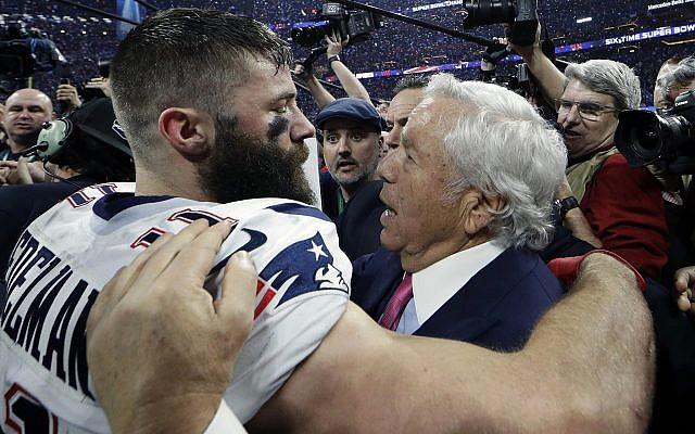 Julian Edelman des New England Patriots, à gauche, embrasse le propriétaire de l'équipe, Robert Kraft, après avoir battu les Rams de Los Angeles au Super Bowl LII, le 3 février 2019 à Atlanta. (Crédit : AP Photo/David J. Phillip)