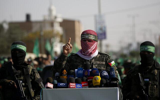 Un porte-parole du bras armé du groupe terroriste du Hamas à Gaza parle aux journalistes dans la ville de Khan Younes, au sud de la bande de Gaza, le 11 novembre 2019 (Crédit : AP Photo/ Hatem Moussa)