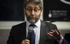 """Le Grand Rabbin de France Haim Korsia prononce un discours lors d'un événement appelé """"La nuit des survivants """" à Paris, le 23 décembre 2019. (Crédit : AP Photo/Kamil Zihnioglu)"""