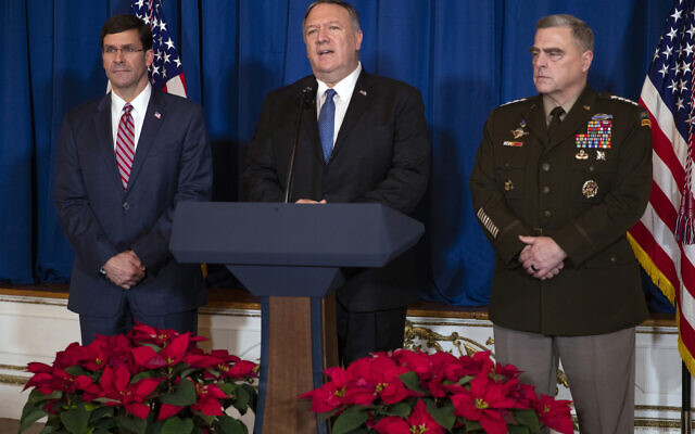 Le secrétaire à la Défense, Mark Esper, à gauche, et le président de l'état-major interarmées, le général Mark Milley, à droite, écoutent le secrétaire d'État, Mike Pompeo, prononcer une déclaration sur l'Irak et la Syrie, dans la propriété du président Donald Trump à Mar-a-Lago, le 29 décembre 2019, à Palm Beach, en Floride. (Crédit : AP Photo/ Evan Vucci)