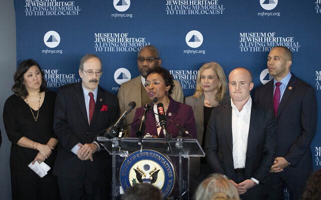 La représentante démocrate de New York, Yvette Clarke, s'exprime au Museum of Jewish Heritage, le 2 janvier 2020, à New York. Derrière elle, à partir de la gauche, la représentante démocrate Grace Meng, Eliot Engel, Gregory Meeks, Carolyn Maloney, Max Rose et Hakeem Jeffries. (Crédit : AP Photo/Mark Lennihan)