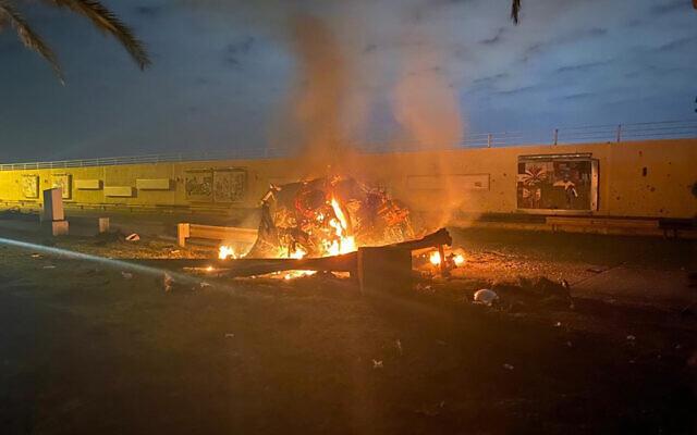 Un véhicule en flammes à l'aéroport international de Bagdad à la suite d'une frappe aérienne, en début de journée, vendredi 3 janvier 2020. (Crédit : service de presse du ministère des Affaires étrangères irakien via AP)