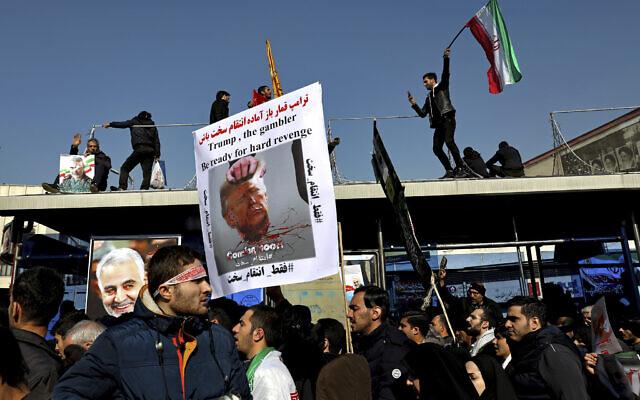Des personnes en deuil assistent à une cérémonie funéraire pour le général iranien Qassem Soleimani et ses camarades, qui ont été tués en Irak lors d'une attaque de drones américains, sur la place Enqelab-e-Eslami (Révolution islamique) à Téhéran, Iran, le 6 janvier 2020. (Ebrahim Noroozi/AP)