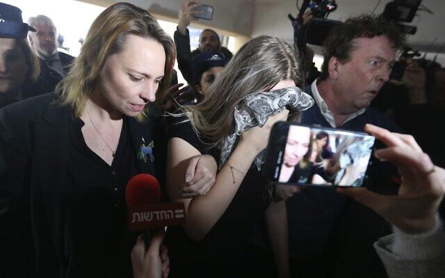 Une femme britannique de 19 ans, au centre, reconnue coupable d'avoir inventé des allégations selon lesquelles elle aurait été violée par 12 Israéliens arrive au tribunal de district de Famagouste pour y être condamnée le 7 janvier 2020 (Crédit : AP Photo/Petros Karadjias)