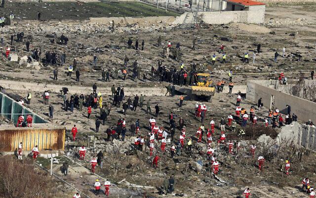 Des secouristes fouillent la zone où un avion ukrainien s'est écrasé, à Shahedshahr, au sud-ouest de la capitale Téhéran, en Iran, le mercredi 8 janvier 2020. (Crédit : AP Photo / Ebrahim Noroozi)