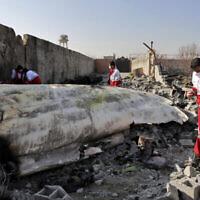 Des secouristes fouillent la zone où un avion ukrainien s'est écrasé à Shahedshahr, au sud-ouest de la capitale Téhéran, en Iran, le 8 janvier 2020. (Crédit : AP / Ebrahim Noroozi)