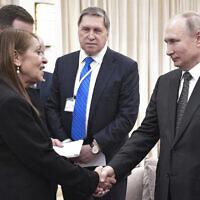 Le président russe Vladimir Poutine, (à droite), serre la main de Yaffa Issachar, mère de la ressortissante israélienne Naama Issachar qui est emprisonnée en Russie pour un délit de trafic de drogue, à Jérusalem, le 23 janvier 2020. (Aleksey Nikolskyi, Sputnik Kremlin Pool Photo via AP)