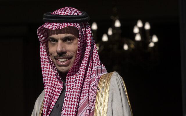 Le ministre des Affaires étrangères d'Arabie saoudite, le prince Fayçal bin Farhane, assiste à une réunion à Athènes, le 24 janvier 2020. (Crédit : Petros Giannakouris / AP)