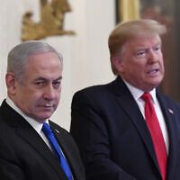 Le président américain Donald Trump (à droite) s'exprime aux côtés du Premier ministre Benjamin Netanyahu lors d'une conférence de presse la Maison Blanche à Washington, le 28 janvier 2020. (Crédit : AP Photo/Susan Walsh)