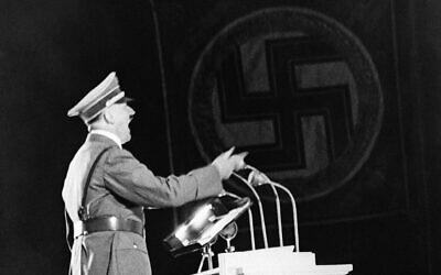 Photo d'illustration : Le leader nazi Adolf Hitler lors d'un discours à Berlin, le 28 septembre 1937 (Crédit : AP Photo)