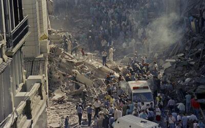 Des pompiers et des secouristes fouillent les débris après une attaque terroriste contre l'ambassade d'Israël à Buenos Aires, en Argentine, le 17 mars 1992. (Don Rypka/AP)