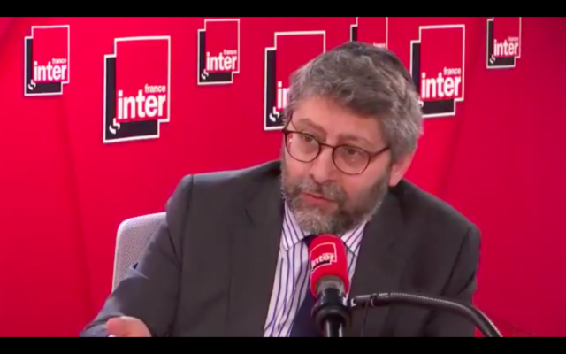 Haïm Korsia, grand rabbin de France, au micro de France Inter. (Crédit : France Inter)