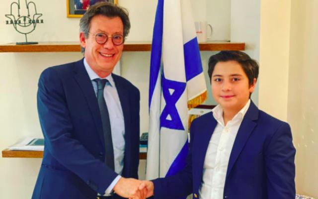 Gabriel Pais lors de sa rencontre avec Emmanuel Nahshon, ambassadeur d'Israël en Belgique. (Crédit : Yafi / Facebook)