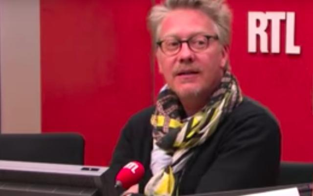 Le journaliste et critique gastronomiquefrançais Sébastien Demorand, à l'antenne de RTL, en 2013. (Crédit : capture d'écran RTL / YouTube)