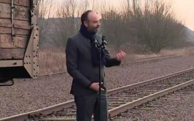 Edouard Philippe prononce un discours depuis le camp d'Auscwitz, le 27 janvier 2020 (Crédit : capture d'écran Twitter)