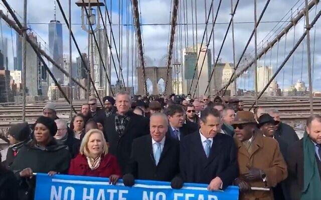 D'importantes personnalités de New York - notamment le maire Bill de Blasio, le sénateur Chuck Schumer et le gouverneur Andrew Cuomo - traversent le pont de Brooklyn durant une manifestation massive contre l'antisémitisme, le 5 janvier 2020 (Capture d'écran)