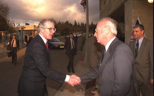 Le Premier ministre Yitzhak Rabin (à droite) salue son homologue britannique John Major au bureau du Premier ministre à Jérusalem. (Bureau de presse du gouvernement)