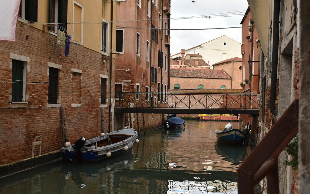 L'un des canaux traversant le quartier juif de Venise, le 28 décembre 2019. (Giovanni Vigna/ Times of Israel)
