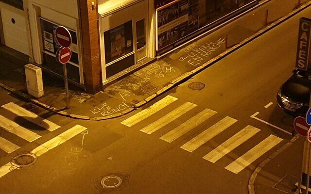 Des graffitis en référence aux nazis découverts sur la permanence de Guillaume Rouger, candidat LREM à Evreux pour les prochaines élections municipales. (Crédit : Guillaume Rouger / Twitter)
