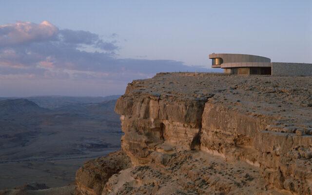 Le cratère d'érosion de Makhtesh Ramon dans le désert du Néguev, le 10 août 2008. (Crédit  : Doron Horowitz/Flash90)