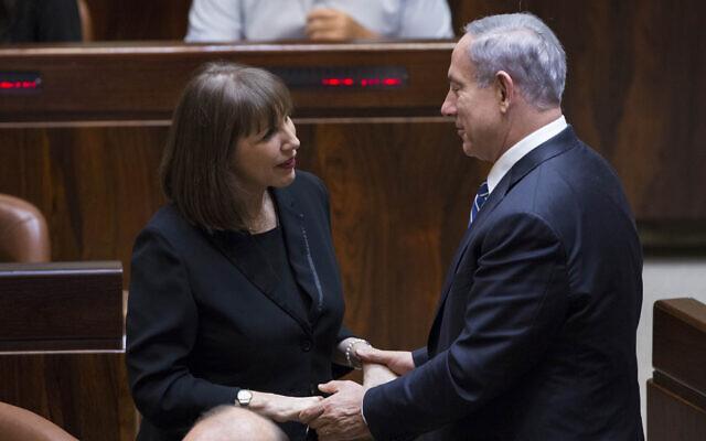 La ministre des Sports et de la Culture de l'époque, Limor Livnat, s'entretient avec le Premier ministre Benjamin Netanyahu lors d'un vote sur un projet de loi visant à dissoudre le Parlement à la Knesset, à Jérusalem, le 8 décembre 2014. (Yonatan Sindel/Flash90)
