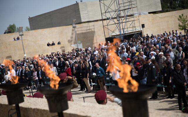 Le public se tient debout pour écouter l'hymne national israélien à la fin de la cérémonie commémorative au musée de la Shoah de Yad Vashem, alors qu'Israël célèbre la journée annuelle de commémoration de la Shoah, le 12 avril 2018. (Hadas Parush/Flash90)