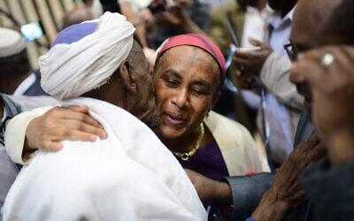 Des membres de la communauté Falash Mura retrouvent leurs familles à l'aéroport Ben Gurion, près de Tel Aviv, le 4 février 2019. (Tomer Neuberg/Flash90)