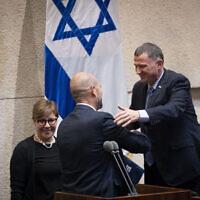Le président de la Knesset, Yuli Edelstein (à droite), salue Amir Ohana après la nomination de ce dernier au poste de ministre de la Justice, à la Knesset à Jérusalem, le 12 juin 2019. (Yonatan Sindel/Flash90)