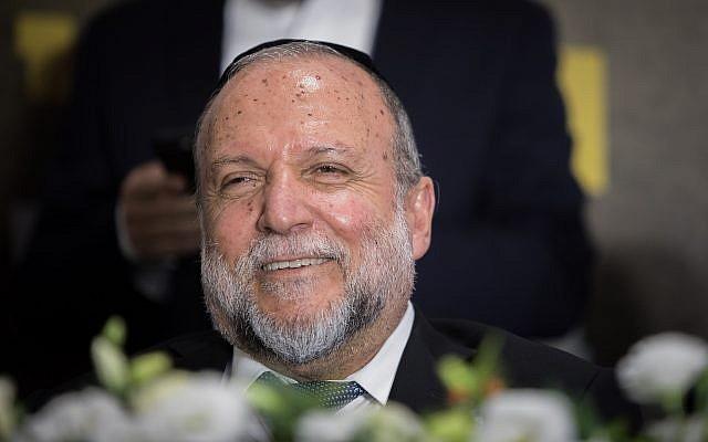 Le vice-ministre des Finances, Yitzhak Cohen, assiste à un événement de campagne du parti Shas à Jérusalem, le 22 juillet 2019. (Crédit : Noam Revkin Fenton / Flash90)