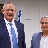 Le chef de l'alliance parti Travailliste Gesher Amir Peretz (à droite) et le dirigeant de Kakhol lavan, Benny Gantz (à gauche) se rencontrent à Jérusalem, le 28 octobre 2019 (Crédit : Yonatan Sindel/Flash90)