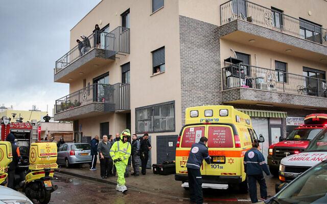 Des équipes de secours et des forces de sécurité sur les lieux où un homme et une femme se sont noyés après avoir été coincés dans un ascenseur qui a été inondé par les eaux à Tel Aviv, le 4 janvier 2020. (Flash90)