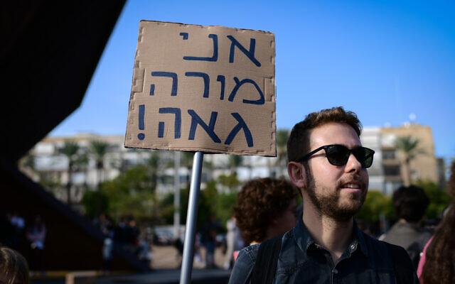 """Les lycéens israéliens protestent contre le ministre de l'Education Rafi Peretz après que ce dernier a qualifié le mariage homosexuel de """"contre-nature"""", place Rabin à Tel Aviv, le 15 janvier 2020 (Crédit : Tomer Neuberg/Flash90)"""
