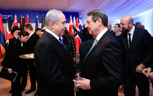 Le Premier ministre Benjamin Netanyahu s'entretient avec le président chypriote Nicos Anastasiades à la Résidence du Président à Jérusalem, alors que le président Reuven Rivlin accueille une quarantaine de dirigeants mondiaux dans le cadre du Forum mondial sur la Shoah, le 22 janvier 2020. (Crédit : Olivier Fitoussi/Flash90)