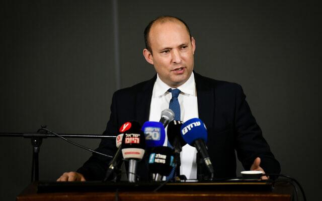 Le ministre de la Défense Naftali Bennett fait une déclaration aux médias dans l'implantation d'Ariel en Cisjordanie, le 26 janvier 2020. (Crédit : Sraya Diamant/Flash90)