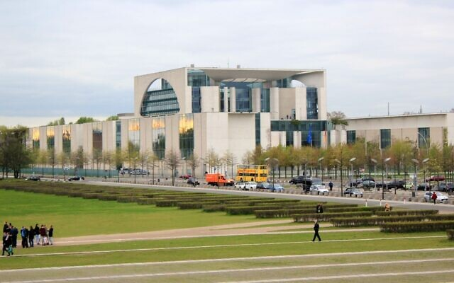 La Chancellerie allemande vue depuis le Reichstag. (Crédit : Tanweer Morshed/Wikimedia Commons)