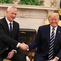 Le président américain Donald Trump rencontre le chef du parti Kakhol lavan Benny Gantz à la Maison Blanche à Washington, le 27 janvier 2020 (Crédit : Elad Malka)