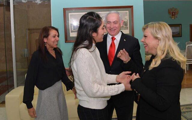 Naama Isaachar accueillie par Sara Netanyahu, avec sa mère Yaffa et le Premier ministre Benjamin Netanayhu à l'aéroport de Moscou, le 30 janvier 2020. (Crédit : Koby Gideon/GPO)