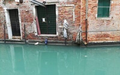 Lors des inondations de novembre, l'eau a atteint un niveau exceptionnel à Venise, provoquant des dégâts aux bâtiments de la ville même dans le quartier juif situé en hauteur, le 28 décembre 2019. (Giovanni Vigna/ Times of Israel)